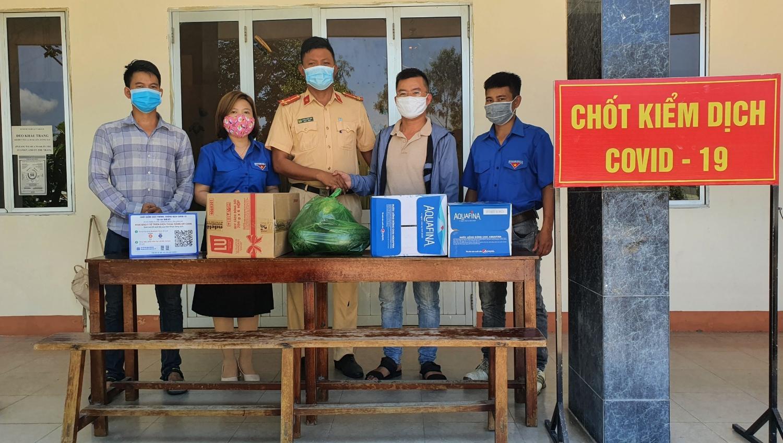 Chi đoàn Trung tâm VHTT&TT thành phố trao quà động viên lực lượng làm nhiệm vụ