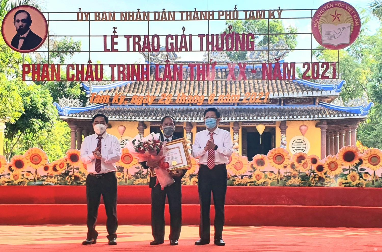 Trao giải thưởng Phan Châu Trinh cho ông Dương Thanh Xuân