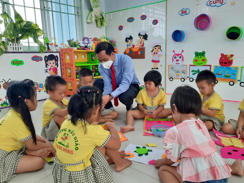Lãnh đạo thành phố thăm quan lớp học