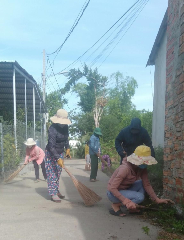 Chị em phụ nữ dọn vệ sinh tại tuyến đường tự quản