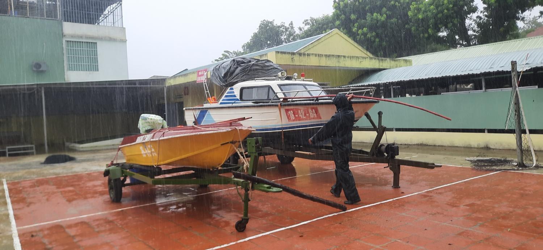 Chuẩn bị 2 ca nô cho đội cơ động đường thủy