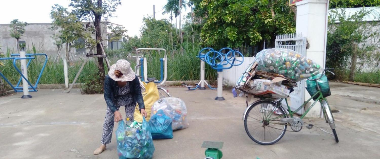 Hội viên phụ nữ thu gom rác thải nhựa ủng hộ quỹ phòng chống dịch bệnh Covid-19