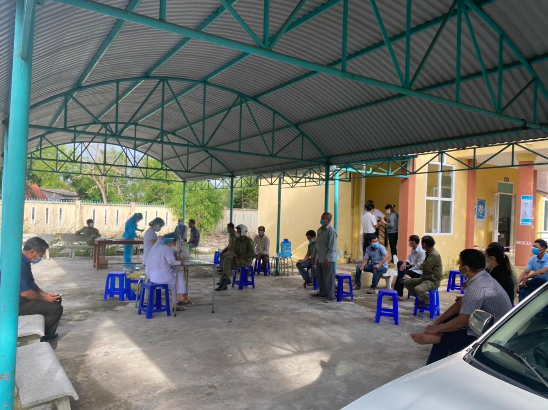 Lấy mẫu xét nghiệm người lao động tại cảng cá An Phú