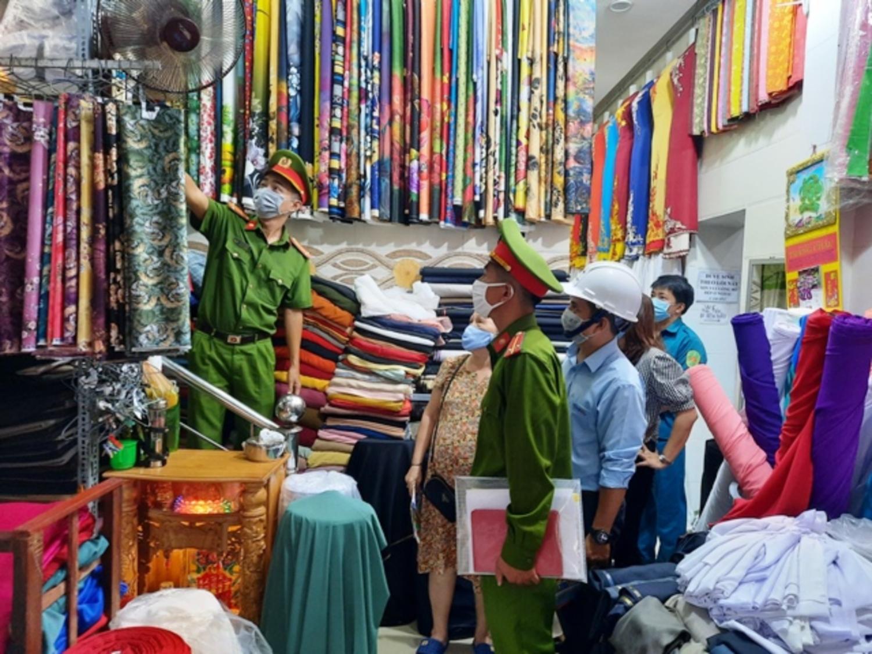 Kiểm tra tại hiệu vải Trang Châu (đường Phan Châu Trinh)