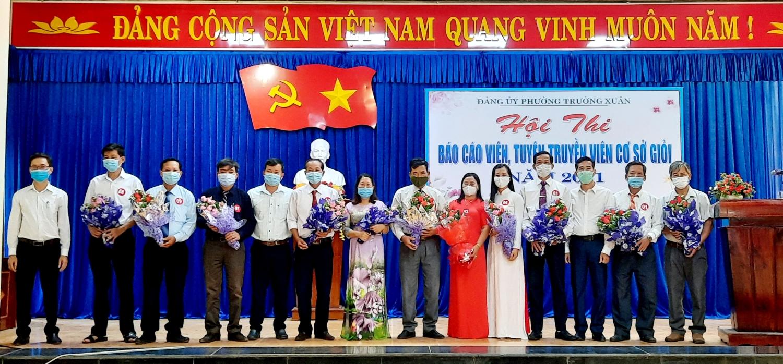 Trao tặng hoa cho 11 thí sinh dự thi