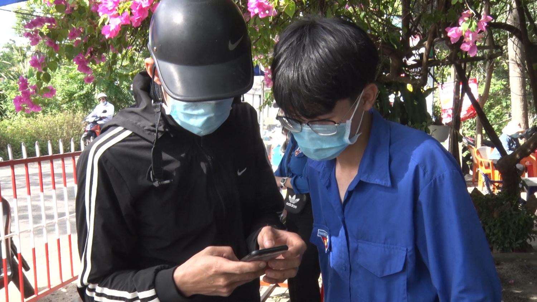 ĐVTN Tam Kỳ tình nguyện hướng dẫn người dân sử dụng các dịch vụ công trực tuyến