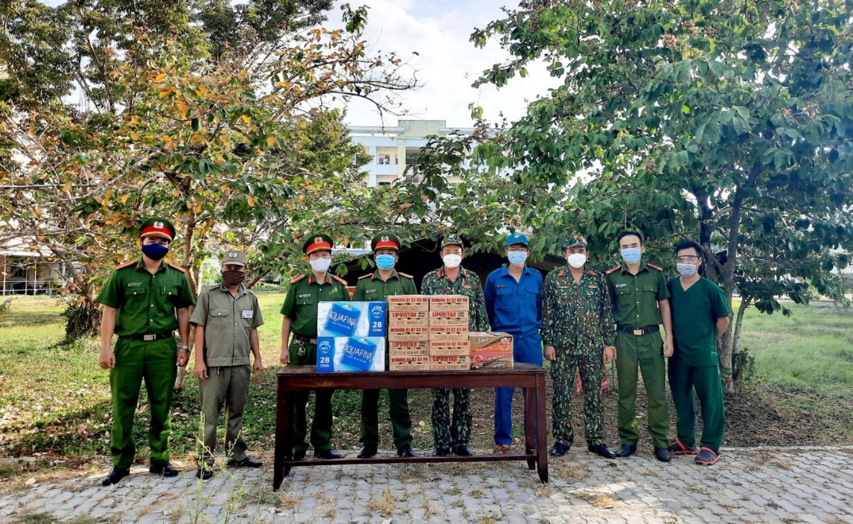 Công an Tân Thạnh tặng quà cho lực lượng làm nhiệm vụ tại 2 khu cách ly trên địa bàn