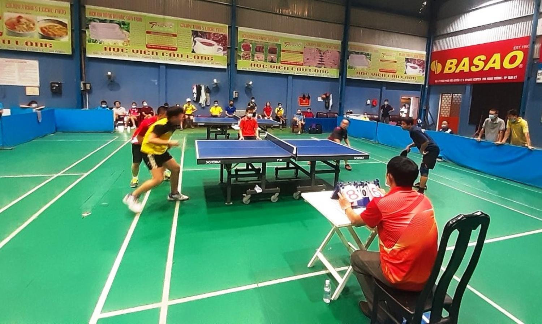 Một trận đấu kịch tính giữa đội Hòa Thuận và Tân Thạnh.