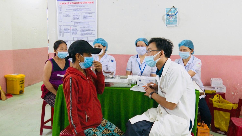 Tư vấn sức khỏe rước khi tiêm vác xin cho người nghèo
