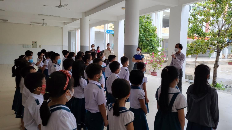 Lãnh đạo thành phố hướng dẫn học sinh trường TH Võ Thị Sáu thực hiện 5K