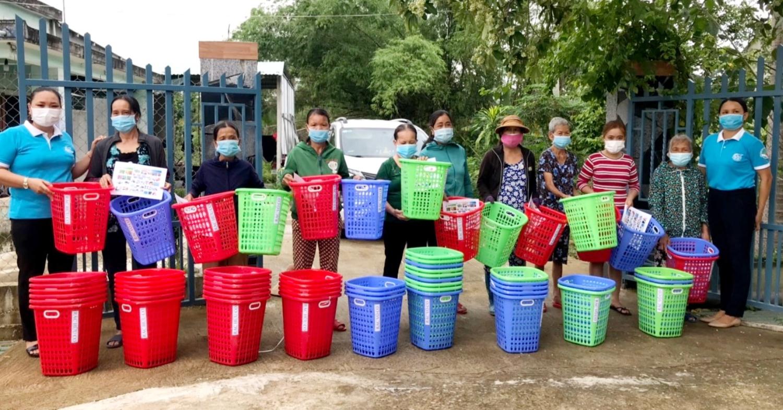 Trao giỏ nhựa cho hộ dân